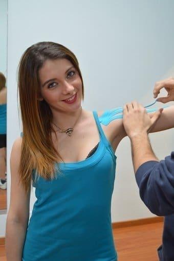 Application, Kinesio, Taping, Schulter, Paste, Presse, Schmerzen, Sehnenscheidenentzündung
