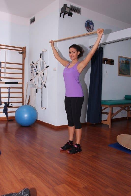 Übung mit dem Stock bei ausgerenkter Schulter