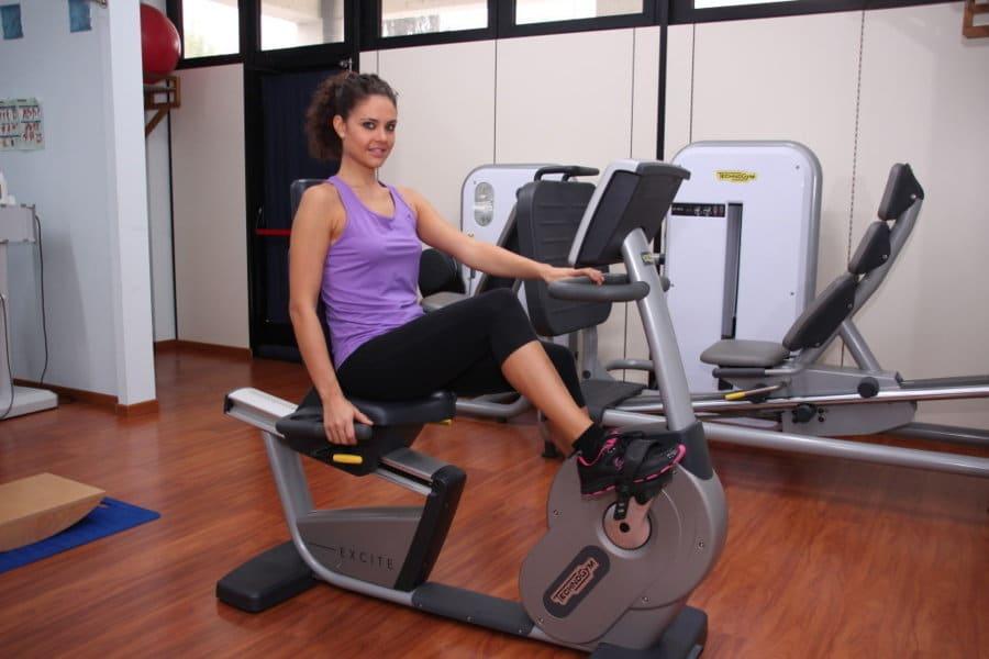 Heimtrainer, Rehabilitation nach der Operation zum Wiedererlangen der Bewegungsfähigkeit der unteren Extremität, Knöchel, Knie, Hüfte, Muskelstärkung, Beugen, Flexion, Aerobic, Sport, Sportler, Entzündung, Rehabilitation, Rehabilitation