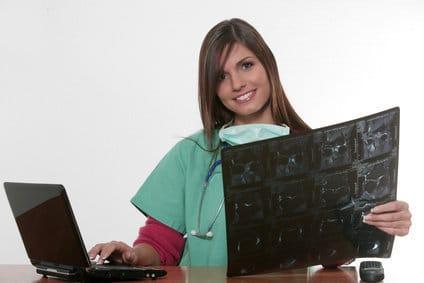 Eine Ärztin kontrolliert die Magnetresonanz auf Bandscheibenvorfälle.