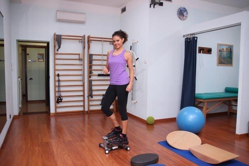 Physiotherapie, Rehabilitation, Übungen, Stärkung, Knöchel, Fußgelenk, Sprunggelenk, Sehne, Schmerzen, Stretching, Dehnung, Haltung, Stellung, Schmerz, Sporthalle
