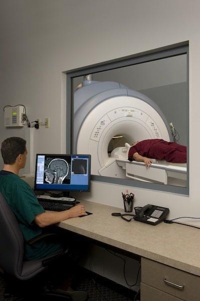MRT des Knies, Seitenansicht; man kann die Meniskusverletzung gut erkennen.