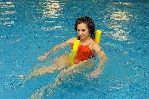 Bewegungsbad im 32°C warmen Wasser, Hilfsmittel zur Muskelstärkung, Physiotherapie, Bewegungstherapie, Rehabilitation