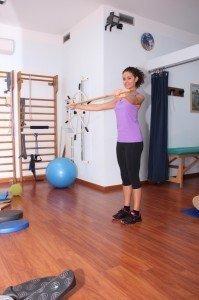 Haltungsgymnastik mit Stock, Übungen für Nacken, Schultern, Rücken, Kreuz, Becken, Knie, Stärkung, Dehnung, Stretching, Haltung, Schmerzen, Lumbalgie, Kreuzschmerzen, Zervikalgie, Nackenschmerzen, Rückenschmerzen, Skoliose, korrigierend, Fehlbildung der Wirbelsäule, Physiotherapie und Rehabilitation, Gymnastikball, Trainingsraum