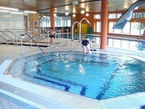Hydrokinesiotherapie, Bewegungsbad, Schwimmbad, warm, thermal, Druckstrahlmassage, Schwellung, Schmerzen, Schmerz, Beine, schwere, Drainage, Schwimmbad, Becken