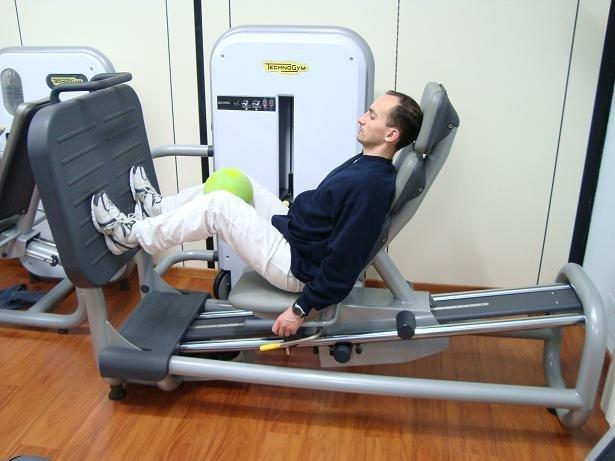 Übung im Fitnessraum,Beinpresse,untere Extremität,Stärkung,Genesung,Wiederherstellung,Entzündung,Symptome,Schmerz,Therapie,Behandlung,laufen,Osteopathie,Physiotherapie und Rehabilitation,Sport,Gewicht,Fußball,Absätze,Halt,Schritt,Weg,Gehhilfen